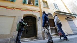 Durant le confinement, trois personnes font les courses pour les personnes âgées de leur quartier, à Nice, en France, le 26 mars 2020.