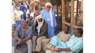 L'imam Sidi Ahmed Ould el Moctar, Arabe de Gao, devant sa boutique, en compagnie de ses amis de la communauté Songoye.