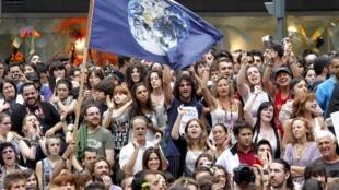"""O movimento dos """"indignados"""" segue intenso na Espanha, com manifestações nas principais cidades do país."""