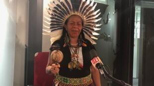 A cacique Tanaoné nos estúdios da RFI.