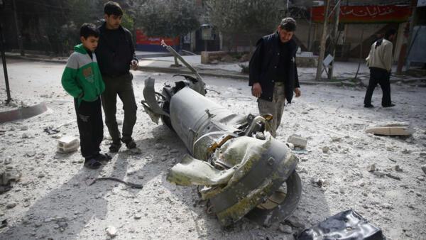 Habitantes da Guta oriental inspecionam míssil que caiu na Guta Oriental