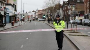 Полицейский в оцепленном районе Стретем в Лондоне, 2 февраля 2020.