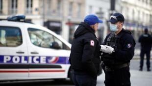 Polícia francesa patrulha deslocações em Paris a 18 de Março de 2020.