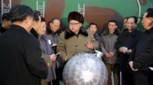 Lãnh đạo Bắc Triều Tiên Kim Jong Un trong buổi gặp các nhà khoa học và kỹ thuật trong lĩnh vực nghiên cứu vũ khí hạt nhân.