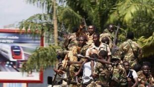 Soldats de la Seleka en patrouille à Bangui, Centrafrique, le 5 décembre 2013.