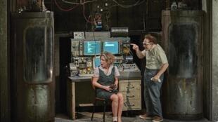 Robert l'inventeur (Christian Hecq) teste sa machine à téléporter sur un nain de jardin, un chien... et une amie d'enfance, Marie-Pierre (Valérie Lesort).