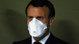 El presidente de Francia, Emmanuel Macron, utiliza una mascarilla sanitaria durante una visita a un hospital de campaña montado fuera del hospital Emile Muller, en Mulhouse, este de Francia, el 25 de marzo de 2020