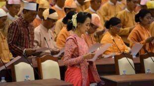 Bà Aung San Suu Kyi (áo hồng) cùng các nghị sĩ dự phiên khai mạc Quốc Hội mới, Naypyitaw, 01/02/2016.