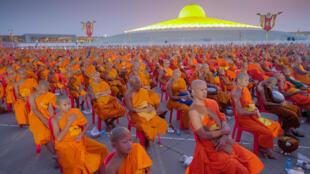 Une cérémonie au temple Dhammakaya, au nord de Bangkok, qui est dans le viseur des autorités pour de nombreuses malversations financières présumées.