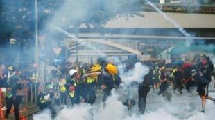 Cảnh sát Hồng Kông dùng lựu đạn cay giải tán những người biểu tình chống chính quyền, ở gần khu trụ sở của chính quyền, ngày 15/09/2019.