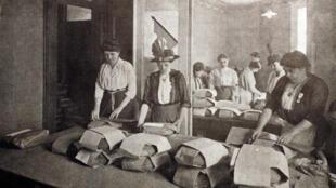 Groupe de femmes travaillant pendant la Première Guerre mondiale.