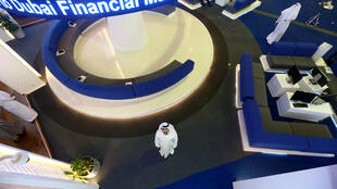 Un investisseur regarde l'écran du marché financier international de Dubaï à Dubaï, Émirats arabes unis, le 9 mars 2020.
