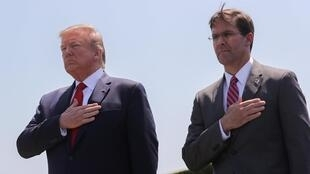 Mark Esper (phải) và tổng thống Mỹ Donald Trump trong lễ nhậm chức tại Lầu Năm Góc, Arlington, Virginia, ngày 25/07/2019.