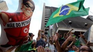 Des manifestants anti-gouvernementaux et anti-Rousseff, à Sao Paulo le 17 mars 2016, après la prise de fonctions de Lula da Silva.
