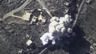 """""""Há um mês que a Rússia vem largando toneladas de bombas – mas praticamente só na cabeça dos combatentes da oposição """"moderada"""" ao regime de Bachar Al Assad""""."""