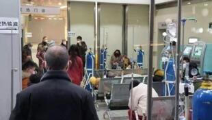武漢定點醫院一床難求,患者用衣櫃隔離。