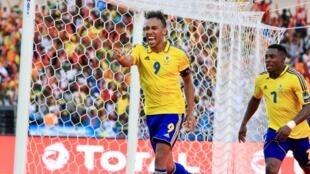 La joie de l'attaquant des Panthères, Pierre-Emerick Aubameyang (c), après son but face à la Guinée-Bissau lors du match d'ouverture de la CAN 2017, le 14 janvier 2017 au Stade de l'Amitié à Libreville.
