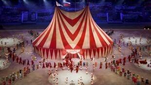 Un spectacle de cirque se déroule au centre du stade.