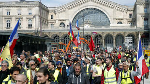 """Un grupo de """"chalecos amarillos"""" manifiesta frente a la estación ferroviaria, Gare de l'Est. París, 30 de marzo de 2019."""