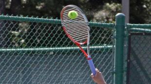 Professor é acusado de estupro em uma escola de tennis, na periferia de Paris, em Levallois-Perret.