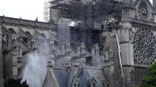 """Sé catedral de Paris """"Notre Dame"""" nesta terça-feira, escassas horas após violento incêndio que devastou sobretudo o tecto do edifício de 800 anos."""