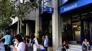 Face a crise separatista, o conselho de administração do banco espanhol Sabadell decidiu transferir sua sede para Alicante.