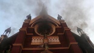 La iglesia San Francisco de Borja comenzó a arder después de que fuera atacada por un grupo de encapuchados. Santiago, Chile, 3 de enero de 2020.