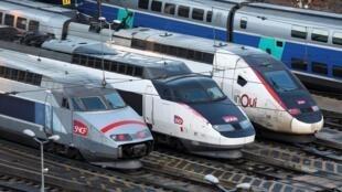 Trens de alta velocidade estacionados nos arredores de Paris em razão da greve contra a reforma da Previdência