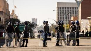 Des membres des forces de sécurité patrouillent dans les rues de Bulawayo, en prévision d'une manifestation.