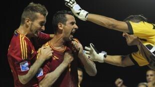 Jogadores espanhóis comemoram a vitória contra o Brasil e a classificação para a final da Copa do Mundo de Futebol de Areia da FIFA, disputada no Taiti.