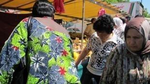 Посетители рынка в Бельвиль