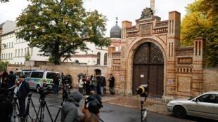 روزنامهنگاران در مقابل کنیسه یهودیان در شهر هاله در شرق آلمان، یک روز پس از حمله تروریستی که در جریان آن ٢ نفر به ضرب گلوله کشته شدند. پنجشنبه ١٨ مهر/ ١٠ اکتبر ٢٠۱٩