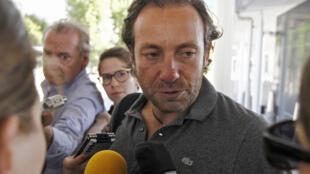 O patinador francês Philippe Candeloro falou rapidamente com a imprensa antes de embarcar para a França, no aeroporto de Buenos Aires, nesta sexta-feira (13).