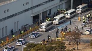 Đoàn xe chở công dân Hàn Quốc hồi hương từ Vũ Hán, ổ dịch viêm phổi cấp tính do virus corona mới gây ra, rời phi trường Gimpo International Airport, ngày 31/01/2020.