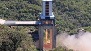 Một vụ thử động cơ tên lửa đưa vệ tinh địa tĩnh tại Trung tâm Không gian Sohae. Ảnh do KCNA cung cấp không ghi rõ ngày tháng vụ thử.