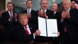 Donald Trump, Presidente norte-americano (na esquerda) e Benjamin Netanyahu, Primeiro-ministro israelita, durante a assinatura do decreto no qual os Estados Unidos reconheceram oficialmente a soberania israelita sobre os Montes Golã.