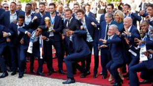 Tổng thống Pháp Emmanuel Macron cùng các tuyển thủ Pháp tại điện Elysées, Paris, ngày 16/07/2018