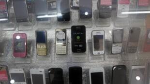 Một quầy hàng bán điện thoại di động tại Hà Nội với đủ loại nhãn hiệu thịnh hành.
