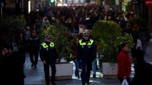 Policiais espanhóis fazem a segurança na área central de Madri