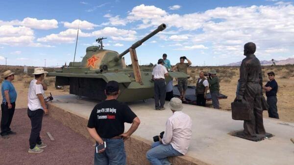 為紀念八九六四30周年而在洛杉磯自由雕塑公園內即將安裝好的坦克人雕塑