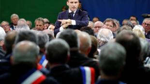 Le président français Emmanuel Macron, lors de l'ouverture du Grand débat national devant les maires à Grand Bourgtheroulde, le 15 janvier 2019.