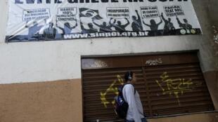 Cartaz no Rio de Janeiro adverte para o risco de greve de policiais durante a Copa.