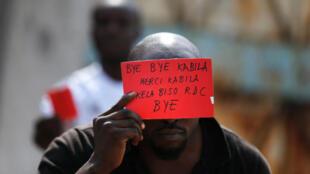 Un manifestante muestra 'tarjeta roja' al presidente Joseph Kabila.