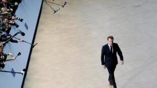 Emmanuel Macron caminha na Comissão Europeia, em Bruxelas. (10/04/2019)