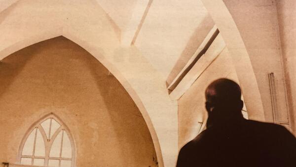 Igrejas evangélicas, cada vez mais presentes na periferia de Paris, atraem imigrantes e convertem muçulmanos.