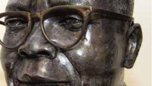 Sculpture de l'artiste Alfred Liyolo Limbe décoré par la RDC pour l'ensemble de son œuvre.