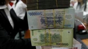 Tiền đồng trên quầy của Ngân hàng Việt Nam VIB ở Hà Nội. Ảnh chụp ngày 22/04/2010