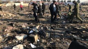 Destroços do Boeing 737 da Ukraine International Airlines que caiu na quarta-feira (8) depois de decolar do aeroporto de Teerã.