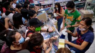 菲律賓宣布再發現一確診感染病例後 民眾前往藥店搶購口罩.  馬尼拉 31/01/2020.