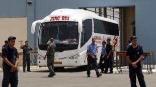 Ônibus deixa prisão e leva ativistas ao aeroporto de Tel Aviv.